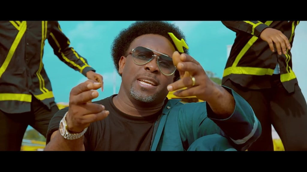 Watch Video E dey Work by Samsong